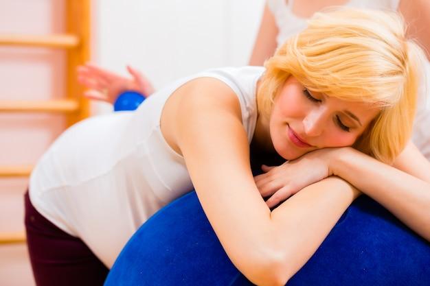 Hebamme, die vorgeburtliche fürsorge für schwangere mutter gibt