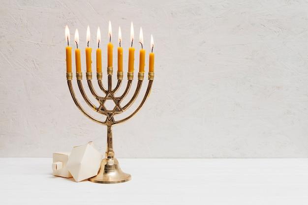 Hebräische menora mit brennenden kerzen