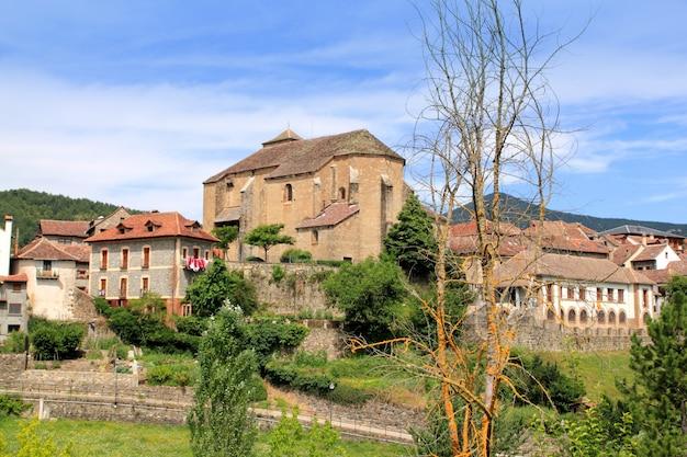 Hecho-dorf pyrenäen mit romanischer kirche