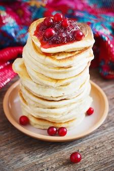 Hefepfannkuchen aus preiselbeeren, traditionell für die russische pfannkuchenwoche