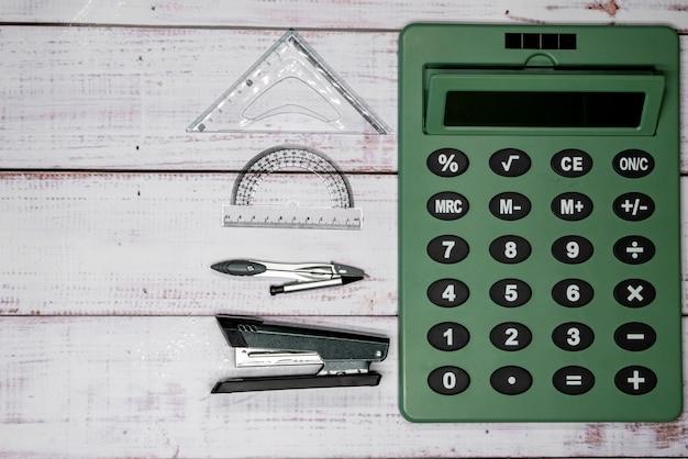 Hefter, kompass, lineale und taschenrechner auf brettern