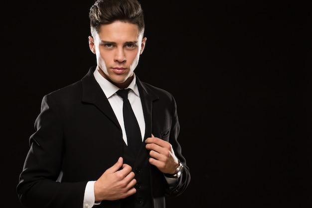 Heftiger leibwächter in einem schwarzen anzug