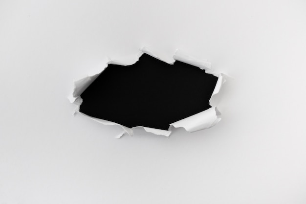 Heftiges papier mit platz für text über dem schwarzen ledernen hintergrund