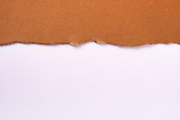 Heftiges randweiß des oberen randes des braunen papiers