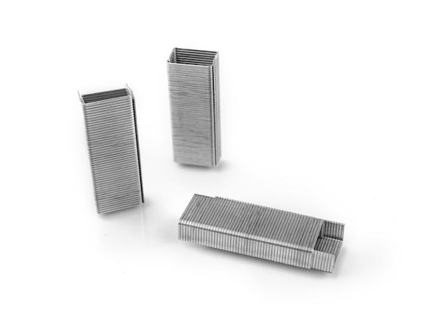Heftklammern in form von gebäuden isoliert auf weißem hintergrund, konzept für schreibwaren