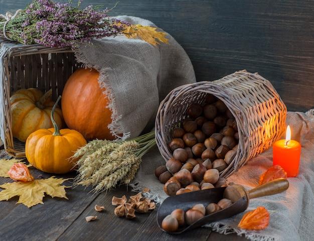 Heidekraut, kürbisse, ohren, nüsse, orange kerze