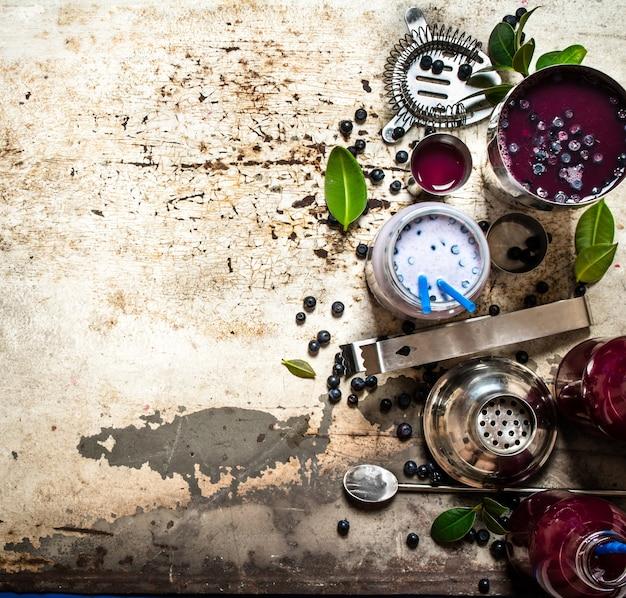 Heidelbeer-cocktail und milch-smoothies. auf einem alten rustikalen hintergrund.