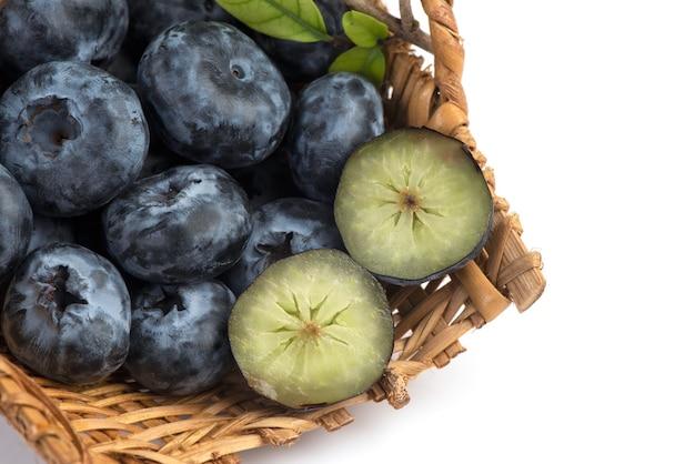 Heidelbeer- oder cyanococcus-früchte isoliert auf weiß.