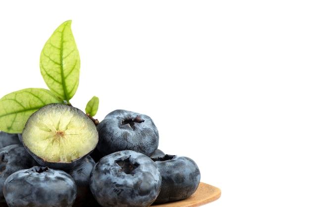 Heidelbeer- oder cyanococcus-früchte isoliert auf weiß. Premium Fotos
