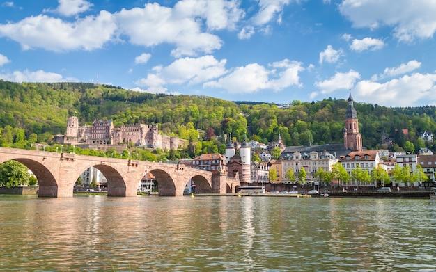 Heidelberg schloss und brücke in deutschland am sonnigen tag