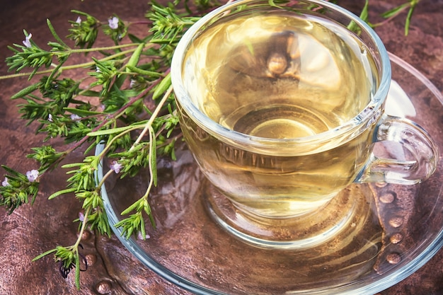 Heilender kräuter-oregano-tee