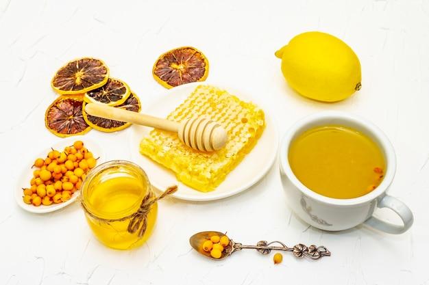 Heilender sanddorn-tee köstlich aromatisch voller vitamine und mikroelemente