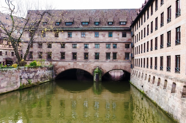 Heilig-geist-spital oder krankenhaus des heiligen geistes, über dem fluss pegniz mitten in der altstadt in nürnberg, bayern, deutschland