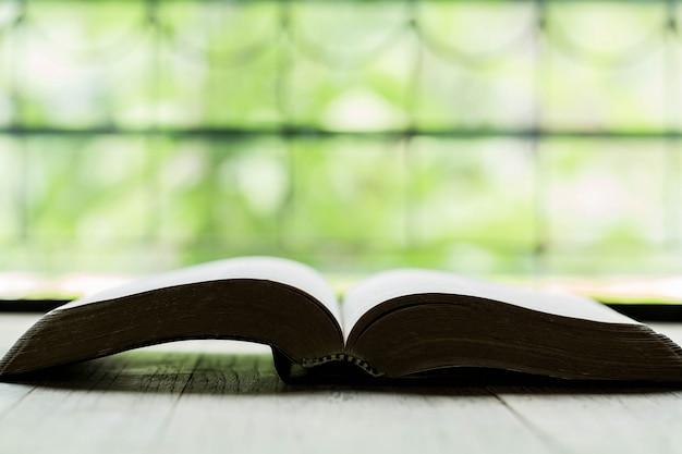 Heilige bibel auf einem holztisch