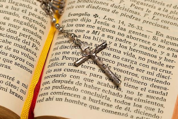 Heilige schrift der nahaufnahme und halskettenkreuz