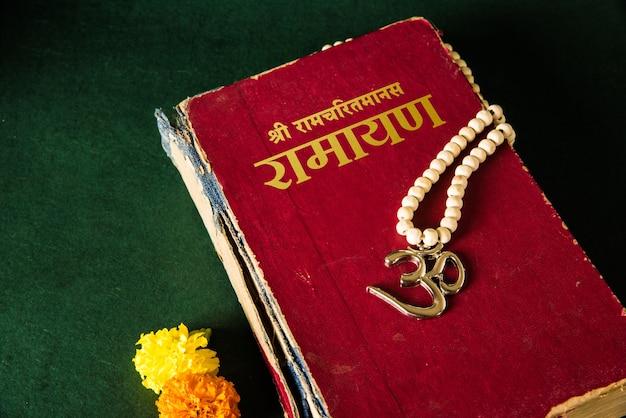Heilige schriften der hindu-religion wie ramayana, mahabharata und geeta-bücher mit aum-symbol