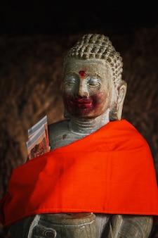 Heilige statue im tempel auf dem berg phnom kulen. siem reap, kambodscha.