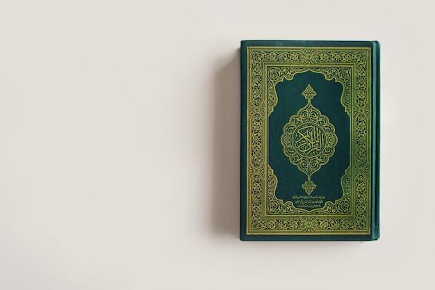 Heiliger al quran mit schriftlicher arabischer kalligraphiebedeutung von al quran