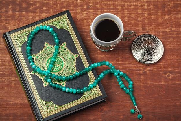 Heiliger koran mit perlen über holz