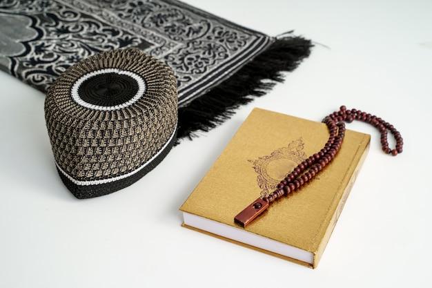 Heiliger koran mit rosenkranz. muslimischer rosenkranz