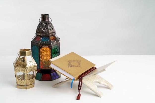 Heiliger koran und arabische laterne