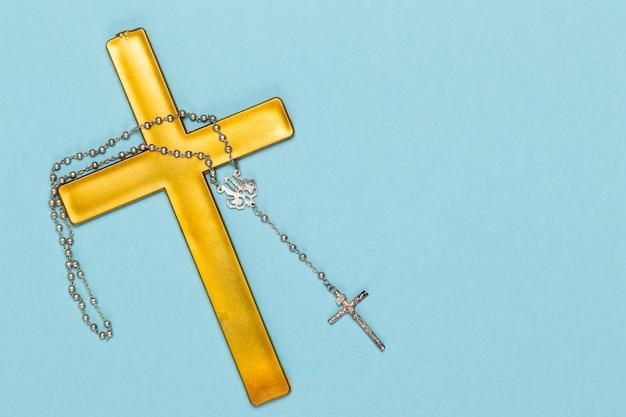Heiliges holzkreuz und halskette