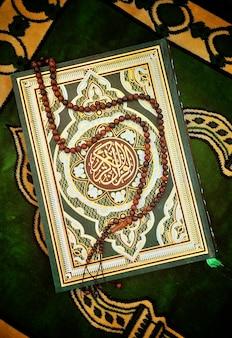 Heiliges koran-buch mit rosenbeet
