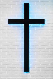 Heiliges kreuz auf seite der weißen backsteinmauer