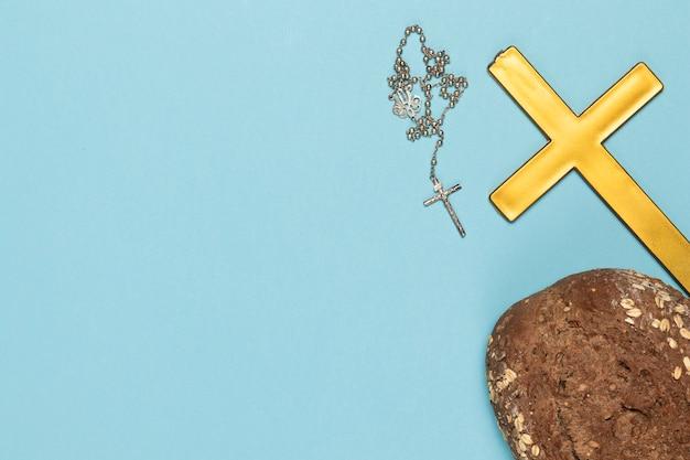 Heiliges kreuz und halskette des exemplarplatzes mit brot