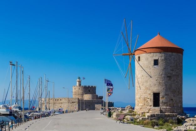 Heiliges nikolas fort und mittelalterliche windmühle in mandraki-hafen, rhodos