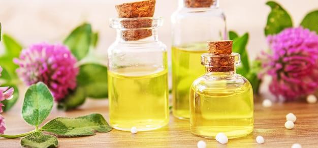 Heilkräuter, öle in kleinen flaschen homöopathie. selektiver fokus.natur