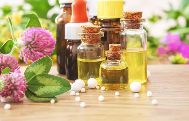 Heilkräuter, öle in kleinen flaschen homöopathie. selektiver fokus.natur Premium Fotos