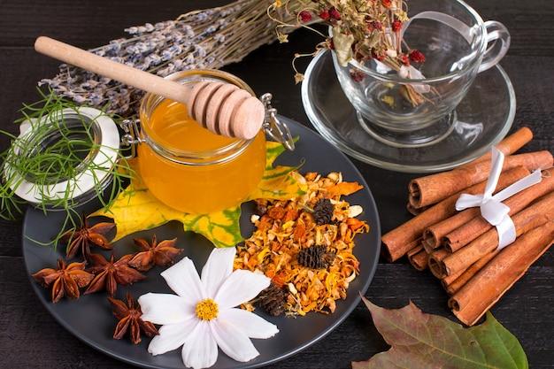 Heilkräutersammlung von honig und tee. duftende taiga-kräuter und trockene beeren