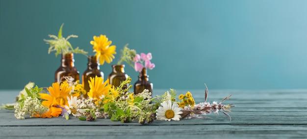 Heilpflanzen und braune flaschen