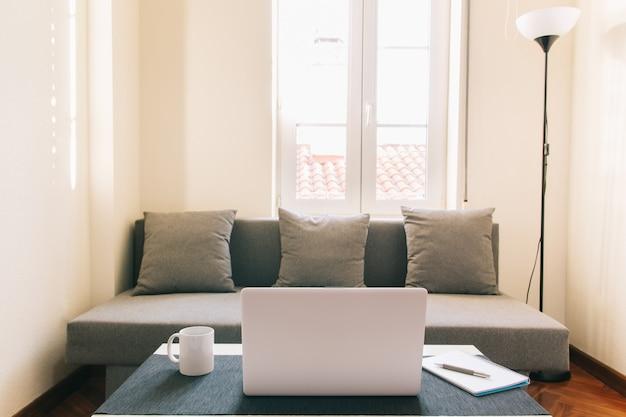 Heimarbeitsplatz, laptopmöbel und heimarbeitsgeräte zur verbesserung der lebensbalance. konzept des neuen normalen und häuslichen lebens.