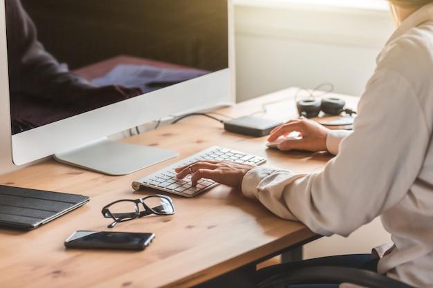 Heimbüro, frau, die computer benutzt, um von zu hause aus zu arbeiten