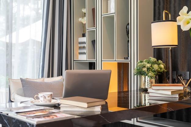 Heimbüro und ausrüstung für eine komfortable und erholsame erfahrung. innenarchitektur