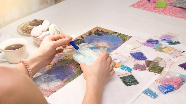 Heimhobby, um bilder von strasssteinen zu zeichnen, mehrfarbiges diamantmosaik.