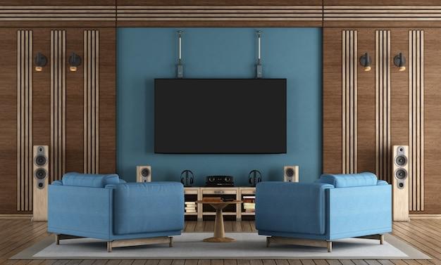 Heimkino-raum mit tv an der blauen wand hängen