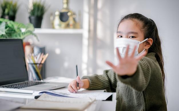Heimschule in quarantäne. home education zur vermeidung von viruserkrankungen, online education concept