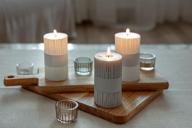 Heimstillleben mit brennenden kerzen als wohnkulturdetails.