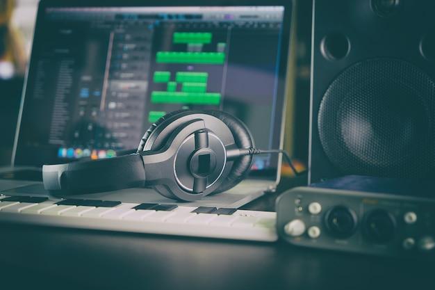 Heimstudio computer music station portable eingerichtet.