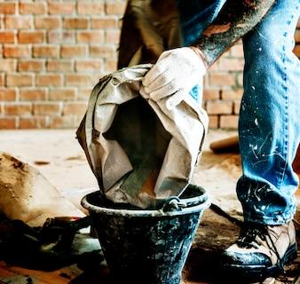 Heimwerker bereiten Zementgebrauch für den Bau vor