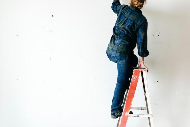 Heimwerker, der errichtungswerkzeuge erneuert arbeitet