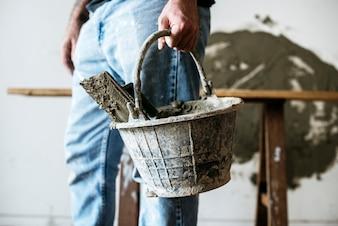 Heimwerker, der Korbzement für Bau hält