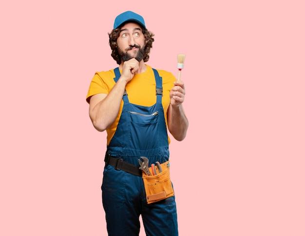 Heimwerkerarbeitskraft, die eine bürste hält