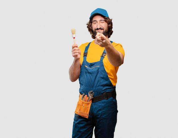 Heimwerkerarbeitskraft, die einen pinsel hält