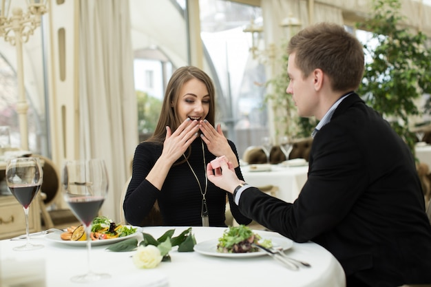 Heiratsantrag in einem restaurant