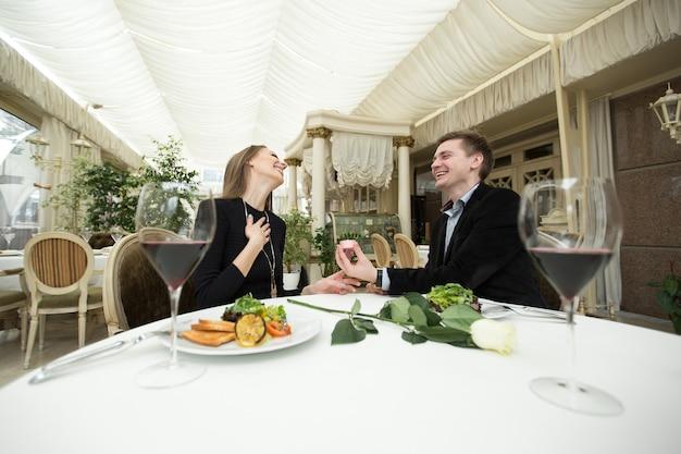 Heiratsantrag in einem restaurant