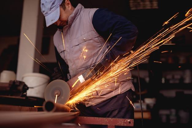 Heiß funkelt um das sägen des werkstattschleifers.